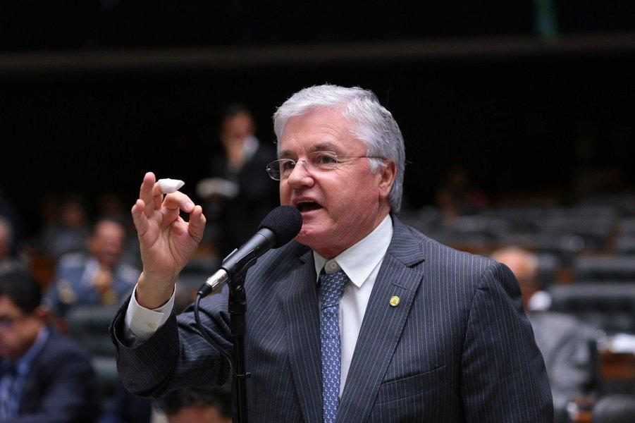 """A PGR denunciou o deputado Valdir Rossoni (PSDB-PR) por peculato – por 15 vezes – devido à nomeação de """"servidores fantasmas"""" para seu gabinete quando era deputado estadual no Paraná, entre 2003 e 2011. Rossoni está licenciado da Câmara dos Deputados para exercer o cargo de secretário-chefe da Casa Civil do estado; além do parlamentar, outras três pessoas foram denunciadas, entre elas o então chefe de gabinete de Rossoni, Altair Daru"""