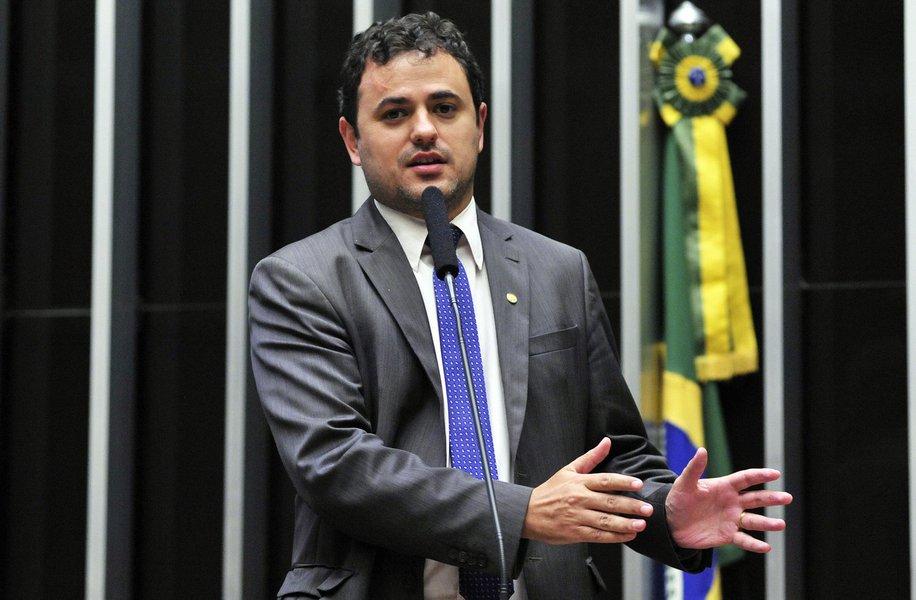 """O deputado federal Glauber Braga (Psol-RJ) alertou para as perdas dos direitos sociais no governo de Michel Temer; """"Brasil de volta ao mapa da fome? Está caminhando a passos largos. Cresce o desemprego e a extrema pobreza se acentua. Este é o """"Cenário da Infância e da Adolescência no Brasil"""", relatório produzido pela Fundação Abrinq, divulgado esta semana"""", disse"""
