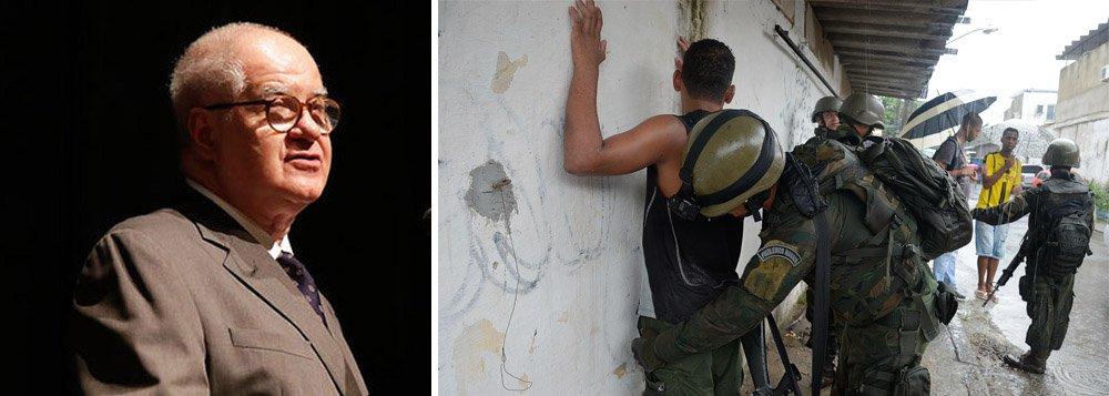 """O jornalista Elio Gaspari criticou nesta quarta-feira, 21, a intervenção militar no Rio de Janeiro. Segundo ele, a medida foi um lance """"improvisado, irresponsável na origem e perigoso no seu desdobramento""""; """"A 'jogada de mestre' de Temer jogou no colo do Exército a ruína da segurança do Rio. Passado um mês, vê-se que não se detalhou a missão e não se calcularam os recursos necessários. Falta dizer como e para quê"""", diz o colunista"""