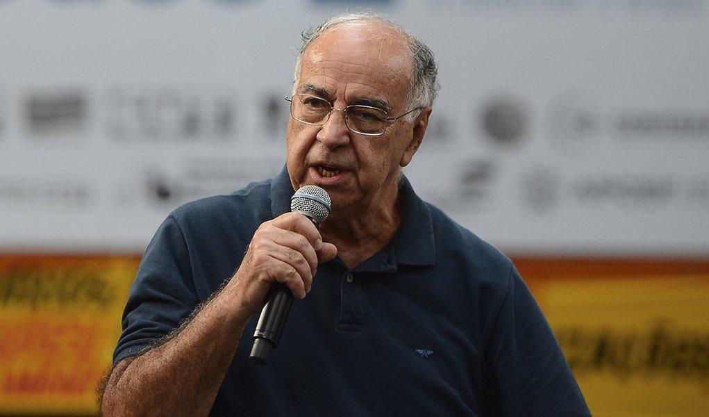 Rio de Janeiro - O geólogo e ex-diretor da Petrobras, Guilherme Estrella fala durante lançamento da campanha de apoio às empresas públicas, Se é público é para todos, na Fundição Progresso (Tomaz Silva/Agência Brasil)