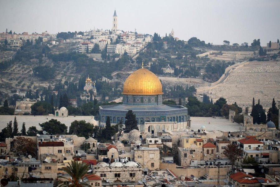 Estados Unidos abrirão sua embaixada na cidade de Jerusalém em 14 de maio para coincidir com o Dia da Independência de Israel, disse um porta-voz da embaixada de Israel na Rússia; em dezembro, o presidente dos EUA, Donald Trump, anunciou sua decisão de reconhecer Jerusalém como a capital de Israel, o que provocou críticas de vários Estados, em primeiro lugar e principalmente dos do Oriente Médio e da Palestina, e desencadeou uma onda de protestos na região