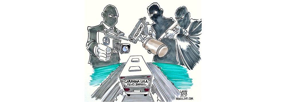 O chargista Carlos Latuff retratou nesta quarta-feira, 28, em charge para o 247, o atentado a tiros contra a caravana do ex-presidente Lula nessa terça-feira, 27, no Sul do Paraná