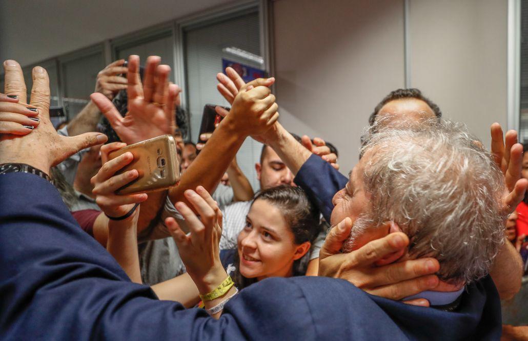 """""""A prisão de Lula é a negação da justiça. A lei foi substituída pela ponderação de princípios, onde valem critérios absolutamente subjetivos e incontroláveis. Tudo está sendo relativizado para atender à sanha punitivista de setores retrógrados da sociedade"""", destaca o colunista Ricardo Bruno; para ele,""""a inquietação deste momento aponta para dias sombrios, exaustivos e imprevisíveis. Está em jogo a democracia brasileira"""""""