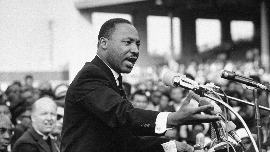A luta antirracista, pelos direitos civis e pela ancestralidade; o pacifista e ativista Martin Luther King ganhou o mundo nos anos 60 com seus discursos inflamados e com a causa mobilizadora do antissegregaciosnimo; contestou a guerra do Vietnã e denunciou o imperialismo norte-americano; dono de um texto e de uma voz contundentes, contagiou o mundo todo pela busca incessante da igualdade de oportunidades e, por isso, recebeu o prêmio Nobel da Paz de 1964