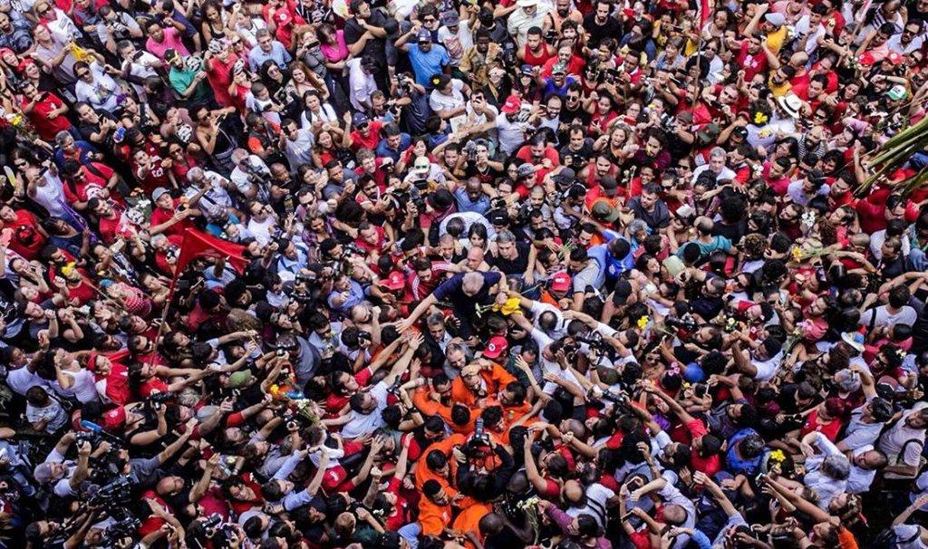 Deixem o Lula na prisão. Quem vai tirá-lo somos nós, expondo esse vexame ao mundo, que está indignando líderes de todo o planeta. Chega desse teatro judicial.O único caminho seguro para a liberdade do Lula é o povo nas ruas
