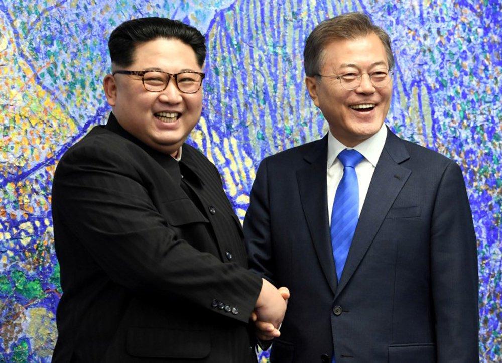 Presidente da Coreia do Sul, Moon Jae-in, e líder da Coreia do Norte, Kim Jong Un 27/04/2018 Korea Summit Press Pool/Pool via Reuters