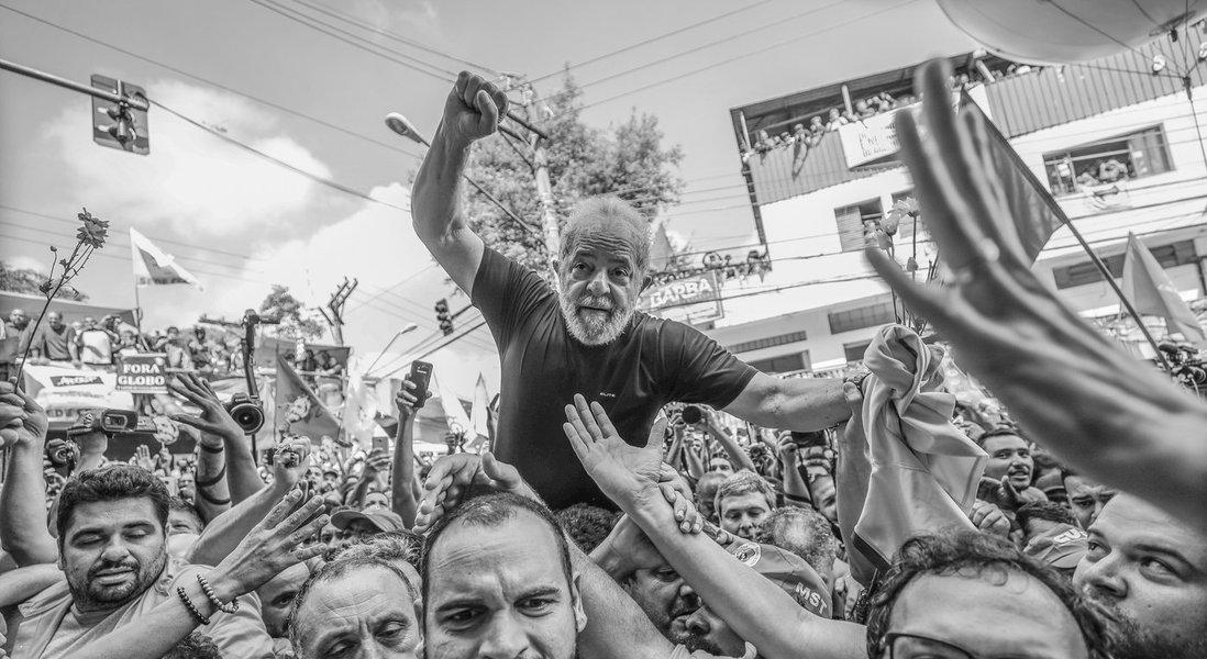 """""""Como vimos hoje - nos braços do povo - Lula está em plena forma e mais firme do que nunca. E há milhões de brasileiros e brasileiras espalhados neste país, indignados com o autoritarismo, com o uso político do Poder Judiciário e com todas as violações que foram cometidas contra Lula, que estão com mais disposição de lutar e defender as ideias do nosso Presidente"""", diz o deputado Paulo Pimenta (PT-RS); """"A fome não foi capaz de intimidar Lula. A ditadura não conseguiu deter Lula. A Globo, Moro e a Lava Jato também não conseguirão macular a história de Lula até aqui, e impedi-lo de cumprir seu destino"""""""
