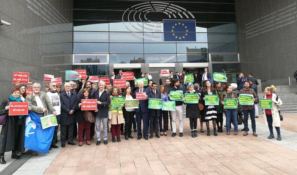 Um ato pela liberdade do ex-presidente Lula foi realizado nesta quarta-feira, 11, na sede do Parlamento Europeu, em Bruxelas, na Bélgica. A manifestação contou com a presença do deputado Arlindo Chinaglia (PT-SP), de parlamentares europeus, do Mercosul, centrais sindicais dos dois continentes e militantes, inclusive brasileiros