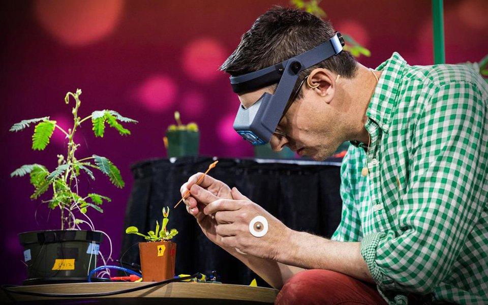 O neurocientista Greg Gage utiliza equipamentos sofisticados para estudar as capacidades sensoriais e inteligentes das plantas. Prepare-se para ficar maravilhado com a forma como ele conecta uma dormideira, uma planta cujas folhas murcham quando são tocadas, e uma vênus-papa-moscas em um ECG para nos mostrar como as plantas usam sinais elétricos para transmitir informações, ativar movimentos e até contar.