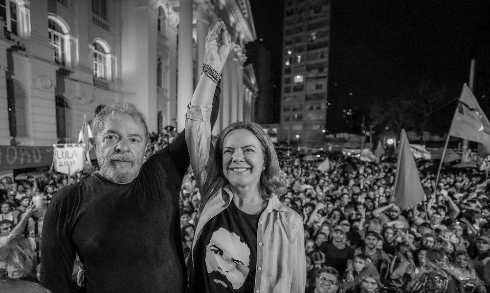 """""""Em 1984, a vitalidade e os ideais políticos do seu povo deram surgimento ao primeiro comício pelas Diretas Já! Esse evento fez com que a capital dos paranaenses ficasse conhecida como capital democrática do Brasil"""", escreveu a senadora Gleisi Hoffmann (PT-PR); """"o Ato Suprapartidário Contra o Fascismo, na praça Santos Andrade, foi outra demonstração desse sentimento e agrega mais valor democrático à história da nossa gente"""""""