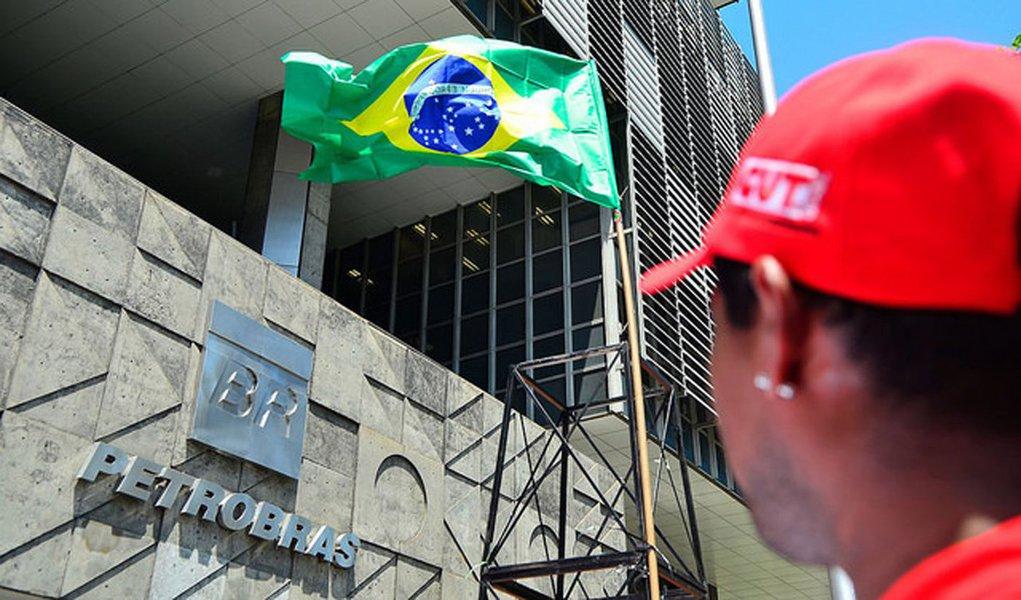 """""""A Lava Jato cria esse pano de fundo de uma Petrobras quebrada por conta da corrupção.Estão fabricando esse déficit justamente para dar a impressão de uma empresa quebrada, para justificar sua venda.Mas qualquer analista sério que olhar os dados da Petrobras com mais cautela vai ver que a empresa é sólida.Tanto que ela cumpriu todas as metas operacionais de 2017, como o aumento da produção, e o lucro operacional"""", pondera Cibele Vieira, diretora da FUP"""