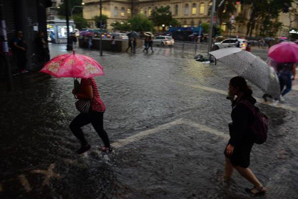 A cidade de São Paulo entrou em estado de atenção para alagamentos na tarde de hoje (30). Segundo o Centro de Gerenciamento de Emergências Climáticas (CGE), as regiões da Zona Sul, Sudeste e Marginal Tietê estão em estado de atenção. Conforme imagens do radar meteorológico, a chuva é forte com potencial para queda de granizo, principalmente entre os bairros do Mboi Mirim, Capela do Socorro e Santo Amaro