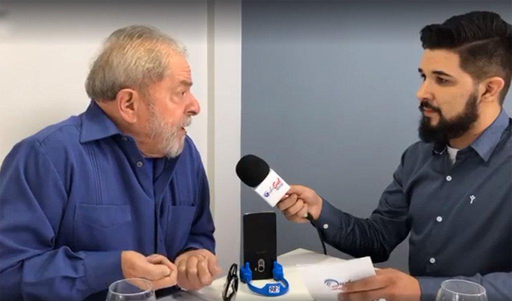 """Em entrevista à rádio Onda Sul nesta segunda-feira, 26, o ex-presidente Lula afirmou que as tentativas de agressão que vem sofrendo durante passagem de sua caravana pelo sul do país partem de um mesmo grupo """"minoritário"""" de """"vândalos ou fascistas""""; """"Um cidadão pode fazer comício contra, pode fazer passeata, pode fazer jornal, dar entrevista, pode fazer tudo. Só não pode ser irresponsável de tacar pedra no ônibus. Ontem uma pedra quase quebra o para-brisas. Se quebra, e pega no motorista, o ônibus poderia ficar desgovernado e acontecer uma coisa mais grave"""", alertou Lula"""