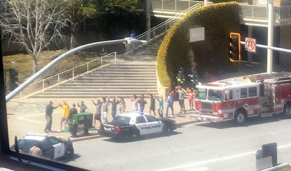 Um tiroteio deixou uma série de feridos na sede do YouTube, na Califórnia, nesta terça-feira 3; há relatos de ao menos quatro pessoas feridas; segundo a polícia local, a mulher suspeita de efetuar os tiros cometeu suicídio; a televisão local mostrou imagens de funcionários do YouTube saindo do prédio com as mãos levantadas