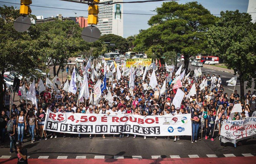 """O prefeito Nelson Marchezan Jr. (PSDB) sancionou a lei que prevê multas de até R$ 401.450 para quem """"embaraçar ou impedir, por qualquer outro meio, o livre trânsito de pedestres e veículos nos locais públicos""""; chamada de lei Antivandalismo, o prefeito a considera """"ousada e traz um grande avanço para a cidade""""; no entanto, a União Municipal dos Estudantes Secundaristas de Porto Alegre (Umespa) discorda: """"Somos contrários ao projeto que multa as manifestações. Hoje, manifestar é um direito da população e dos estudantes, de alguma forma, para intimidar e reprimir os atos, eles vêm com essa ação de multar"""""""