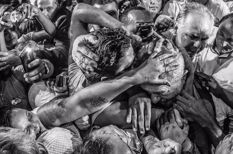"""Sociólogo e colunista do 247 Emir Sader diz que a quarta Caravana do ex-presidente Lula se dá em condições políticas diferentes das anteriores; """"Se dá no marco do fracasso da direita de construir candidaturas com apoio popular, tanto entre os seus nomes tradicionais, como entre eventuais nomes de fora da política. Por isso também se dá esta Caravana no marco de uma intensificação da perseguição jurídica contra o Lula, mesmo sem crimes e sem provas"""", diz Emir; """"O Judiciário vai fechando portas para possibilitar as garantias básicas para a defesa do Lula, enquanto a mídia apela abertamente pelas piores condenações ao Lula, porque sabe que são os únicos instrumentos com que conta para tentar impedir que ele volte a ser presidente do Brasil"""""""