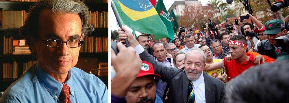 """Presidente do Instituto Vox Populi, Marcos Coimbra comenta os números da última pesquisa, feita em fevereiro, que aponta que a maioria da populaçãoreprova a guerra judicial movida contra Lula e que boa parcela acredita que o Judiciário não provou nada contra o ex-presidente no processo do triplex; """"Engraçado é que existe quem, no Supremo Tribunal Federal, se diga 'afinado com as ruas' e, por isso, deseje avançar na caçada contra Lula. Se querem mesmo 'afinar-se' com elas, que ouçam o que diz a maioria da sociedade, pois sua voz é clara. A menos que pretendam somente estar alinhados com a Rua Jardim Botânico, no Rio de Janeiro"""", provoca, em sua coluna na Carta Capital"""