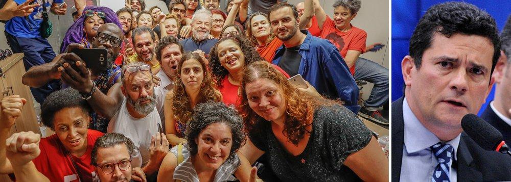 Lula será preso, mesmo injustamente, mas não será humilhado porque é infinitamente maior que o morismo, e isso ele demonstrou ao acatar a sentença – ilegal – de Moro, mas não os seus termos. Não esmorecer, como ensinou Lula, e lutar incansavelmente para que ele seja candidato: esse é o caminho. Em perspectiva histórica, todos os tigres são de papel, mas o voto popular, em eleições livres, é o que porá nossa tigrada em seu devido lugar, antes mesmo que a História o faça