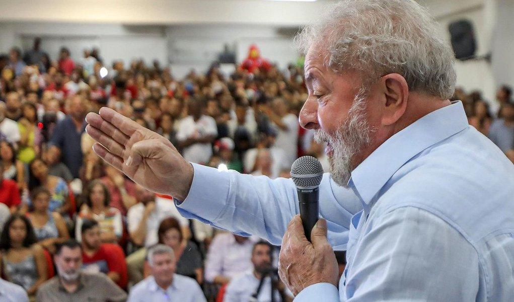 """""""Ao fazer profissão de fé nas instituições, Lula deixa escapar uma grande oportunidade de botar o dedo na ferida, denunciando ao Brasil e ao mundo que o pacto republicano e democrático produzido que resultou da Constituição de 1988 virou pó"""", avalia o jornalista e colunista do 247 Bepe Damasco; """"Vejo como um grave equívoco, não só de Lula, mas de quadros importantes do PT, a insistência em apontar 'setores do Judiciário, do MP e da PF' como os vilões da democracia. Basta de ilusões. Os que honram a toga e suas funções públicas nessas instituições são pontos fora da curva, exceções que só confirmam a regra, que é a adesão em bloco de suas excelências à perseguição ao maior líder popular do país e ao seu partido"""", diz ele"""