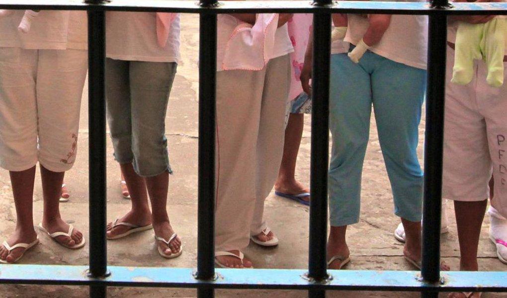 """A população feminina nos presídios brasileiros aumentou quase 700% em 16 anos, segundo dados de 2016 do Departamento Penitenciário Nacional (Depen), ligado ao Ministério da Justiça; uu seja, 44.721 mulheres presas no país; além da questão ligada ao gênero, o encarceramento feminino também é fortemente influenciado pelo racismo e classe social; """"Duas em cada três mulheres presas no Brasil são negras"""", lembra Maria Clara, advogada do Instituto Terra, Trabalho e Cidadania (ITTC)"""