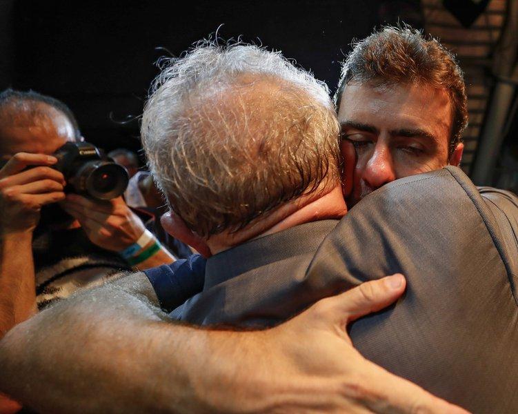 Abraços significam muito, sobretudo em tempos de avanço do fascismo e da intolerância; Lula e Marcelo Freixo, que nunca haviam subido no mesmo palanque, consolidaram esse sentimento ontem em uma noite no Circo Voador; os dois deram um exemplo ao país e aos segmentos de esquerda como um todo; o abraço de Lula e Freixo é histórico e uma imagem com potencial de mobilizar, a partir do Rio de Janeiro, uma concertação nacional de retorno ao estado democrático de direito