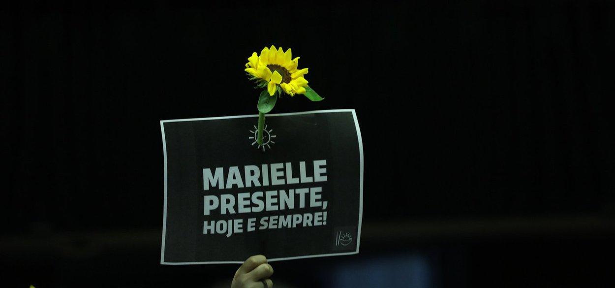 """""""O assassinato da vereadora carioca Marielle Franco, do PSOL, ontem, em pleno centro do Rio de Janeiro, uma cidade ocupada por tropas federais não é de hoje, e agora sob intervenção da União na área da Segurança Pública, é um tapa na cara do governo federal e, por extensão, das Forças Armadas"""", avalia o colunista do 247 Carlos Lindenberg; """"É a completa desmoralização do ato de intervenção, um pé na bunda de quem a inspirou, o protegido de Michel Temer, Moreira Franco, ministro apenas para ter a proteção do foro privilegiado e que usou criminosamente o Exército nesse ato de força com motivação eleitoreira"""", diz ele"""
