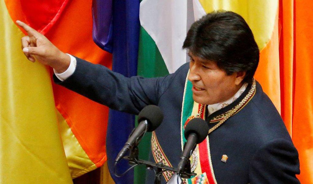 Presidente da Bolívia, Evo Morales, chegou a Haia para a abertura de audiências no tribunal mundial, onde seu país busca forçar o Chile a lhe garantir acesso ao Oceano Pacífico; Bolívia pediu à corte, formalmente conhecida como Tribunal Internacional de Justiça, que determine ao Chile a entrada em negociações sobre o tema, alvo de um processo iniciado em 2013; país perdeu seu território costeiro em uma guerra no Século 19