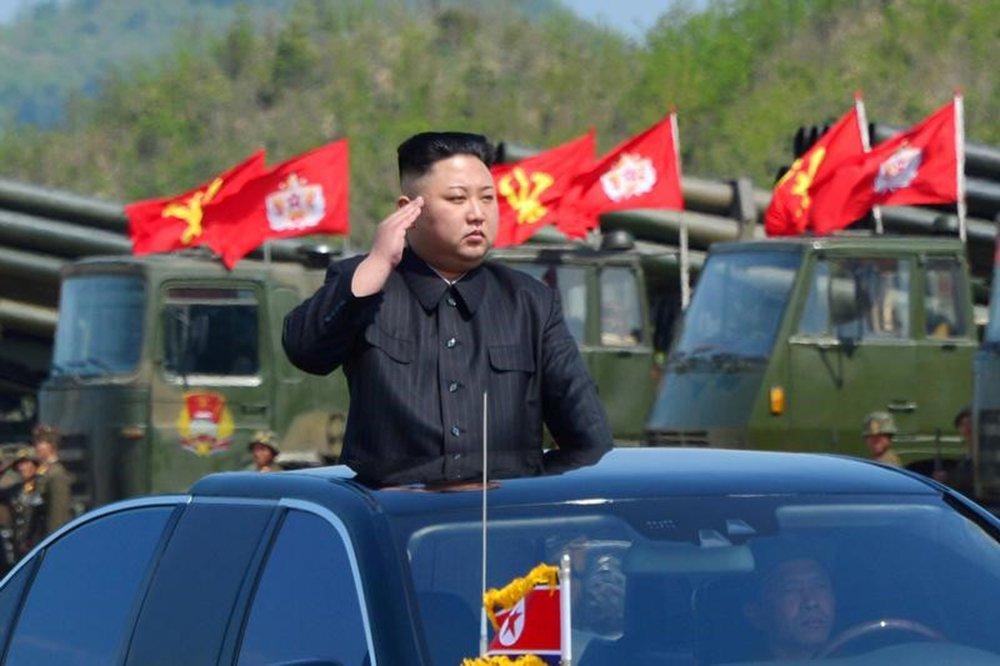 Líder norte-coreano, Kim Jong Un, inspeciona artilharia antes de exercício militar 25/04/2017 KCNA/via REUTERS