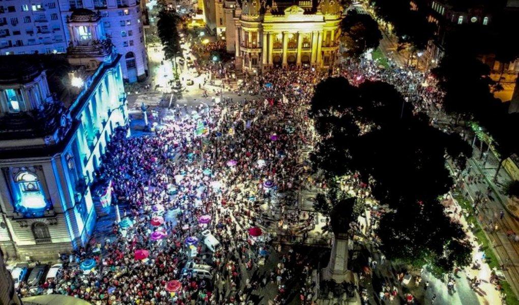 Manifestantes contrários à prisão do ex-presidente Luiz Inácio Lula da Silva fazem protestos pelo país nesta sexta-feira (6), data que Sérgio Moro deu como prazo para que Lula se entregue, até as 17h, na sede da Polícia Federal em Curitiba; atos pró-Lula ocorrem no DF e em ao menos 22 estados: AL, AP, AM, BA, CE, ES, GO, MA, MT, MS, MG, PA, PB, PR, PE, PI, RJ, RN, SC, SP, SE e TO; no Rio, a Candelária (foto) foi o local escolhido para a manifestação contra a prisão do ex-presidente Lula na capital fluminense