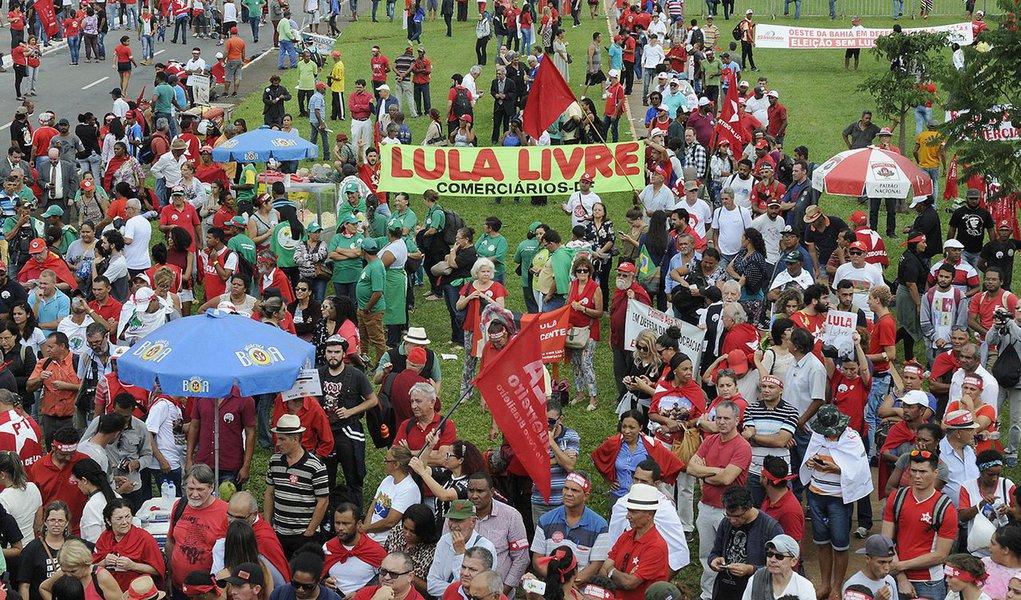 """O editor do Tijolaço, Fernando Brito, observa que o resultado do julgamento do habeas corpus do ex-presidente Lula e """"o ódio ao que ele representou, representa e poderia representar na contenção da escalada fascista que este país vive – se alimenta, porém, de uma camada de canalhas que se aproximou do governo petista e dele se beneficiou. A começar do conspirador golpista Michel Temer""""; Estamos a caminho, em marcha batida, da instituição de um regime fascista no Brasil. Que nos vai trazer muita dor, sofrimento, mortificação. Mas, ao menos, uma alegria tristemente irônica: todos eles serão devorados pelo lobo"""", diz"""
