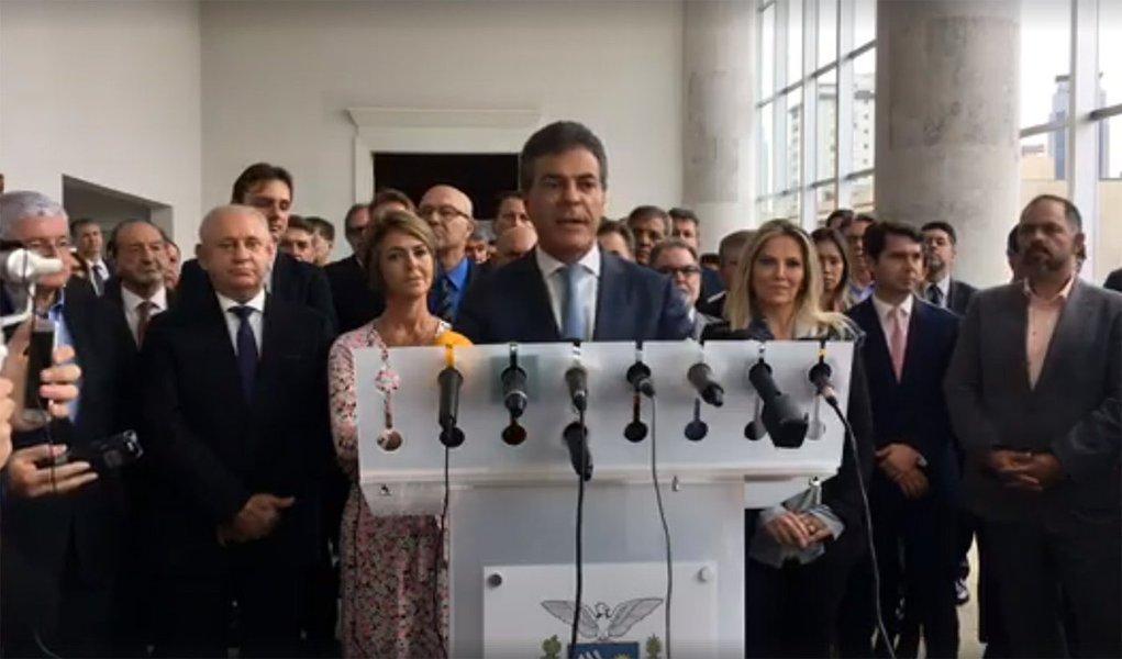 Um dos governadores mais rejeitados do País, Beto Richa (PSDB), do Paraná, anunciou nesta segunda-feira, 26, seu afastamento do cargo, para disputa uma vaga no Senado; ele deixa o comando do Executivo paranaense com a vice-governadora Cida Borghetti (PP), mulher do ministro da Saúde Ricardo Barros, que assume a partir do dia 7 de abril e será candidata à reeleição