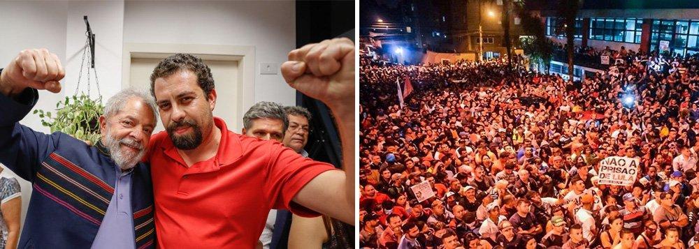 """Líder do MTST e da Frente Povo Sem Medo, Guilherme Boulos discursa no ato em São Bernardo ediz que a cidade """"é a capital da resistência democrática""""; apoiadores aguardam o pronunciamento histórico do ex-presidente Lula, que não se entregou à Polícia Federal no prazo determinado por Sergio Moro, às 17h; """"Se alguém rasgou a Constituição foi quem condenou sem provas"""", declarou o pré-candidato do PSOL;""""Estamos aqui para garantir a Constituição"""", reforçou"""
