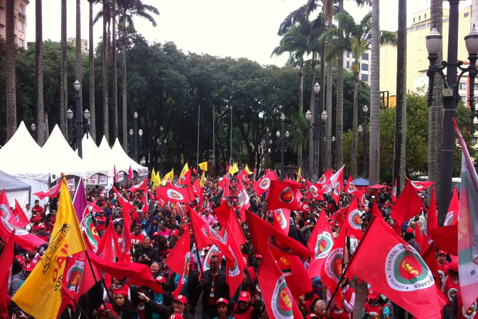 """Convidado de honra do Congresso da Central de Movimentos Populares (CMP), o ex- presidente Lula é esperado no evento, que contará com a participação de militantes de movimentos populares e sociais de várias partes do país. """"Será uma grande honra para nós da CMP prestar apoio e solidariedade ao presidente Lula"""", afirma Bonfim, coordenador da entidade no Estado de São Paulo; Leia a íntegra"""