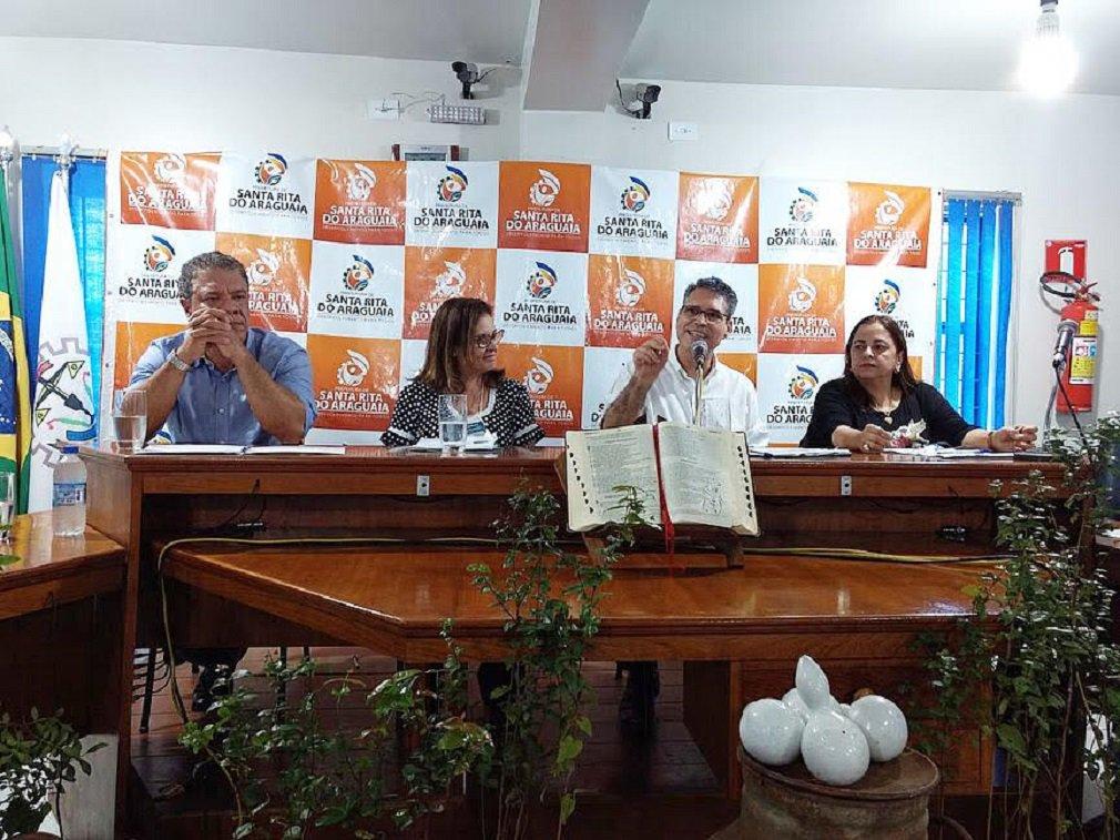 O deputado estadual Francisco Jr (PSD) participou, na sexta-feira, de audiência pública na cidade de Santa Rita do Araguaia; o encontro, realizado pela Frente Parlamentar do Cerrado, que é presidida pelo deputado, teve como tema o reflorestamento de nascentes e micro bacias do Rio Araguaia