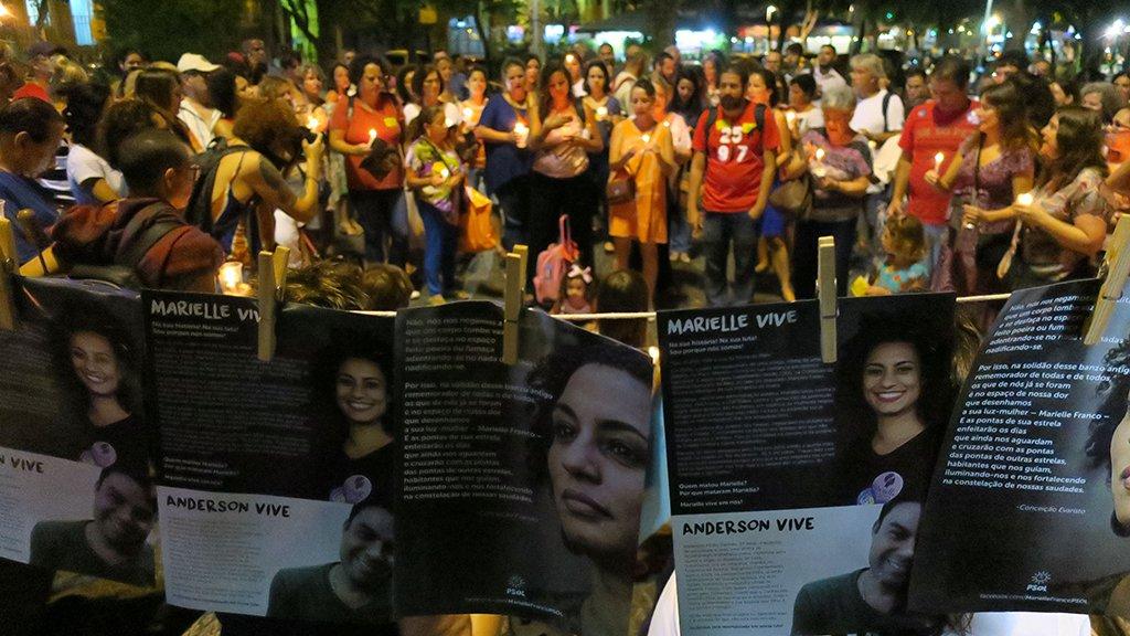 Rio de Janeiro - O ato Luzes para Marielle e Anderson reúne pessoas segurando velas e lanternas em memória de ambos (Vladimir Platonow/Agência Brasil)
