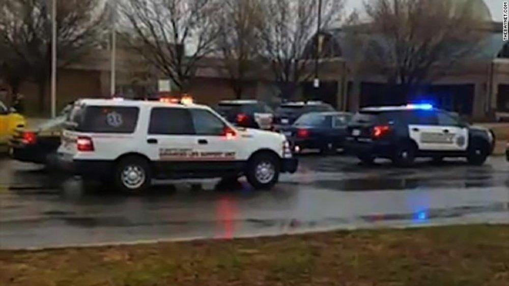 Polícia está investigando o tiroteio na escola secundária Great Mills High School no estado norte-americano de Maryland; tiroteio deixou vários feridos, segundo a emissora NBC; um estudante da escola disse à mídia local que sete pessoas ficaram feridas e pelo menos uma pessoa morreu; incidente ocorreu um mês depois do tiroteio na escola secundária Stoneman Douglas em Parkland (Flórida), que foi um dos mais mortíferos da história dos EUA e deixou 17 mortos e 24 feridos