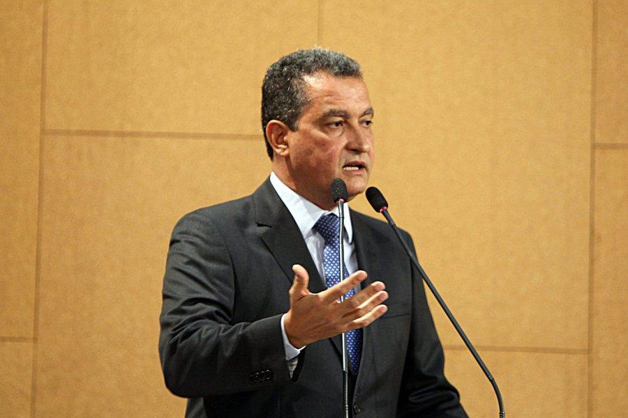 """O governador da Bahia, Rui Costa, admitiu não ver problema no fato de o PT apoiar uma candidatura à presidência da República fora do partido, caso o ex-presidente Lula não disputa o Palácio do Planalto; """"Não podemos ficar nessa marra de que, se não há um nome natural do PT e se o Lula não puder ser [candidato], por que não pode ser de outro partido? Acho que pode e acho que essa discussão, se ocorrer, no momento exato, nós vamos fazer esse debate"""", disse"""