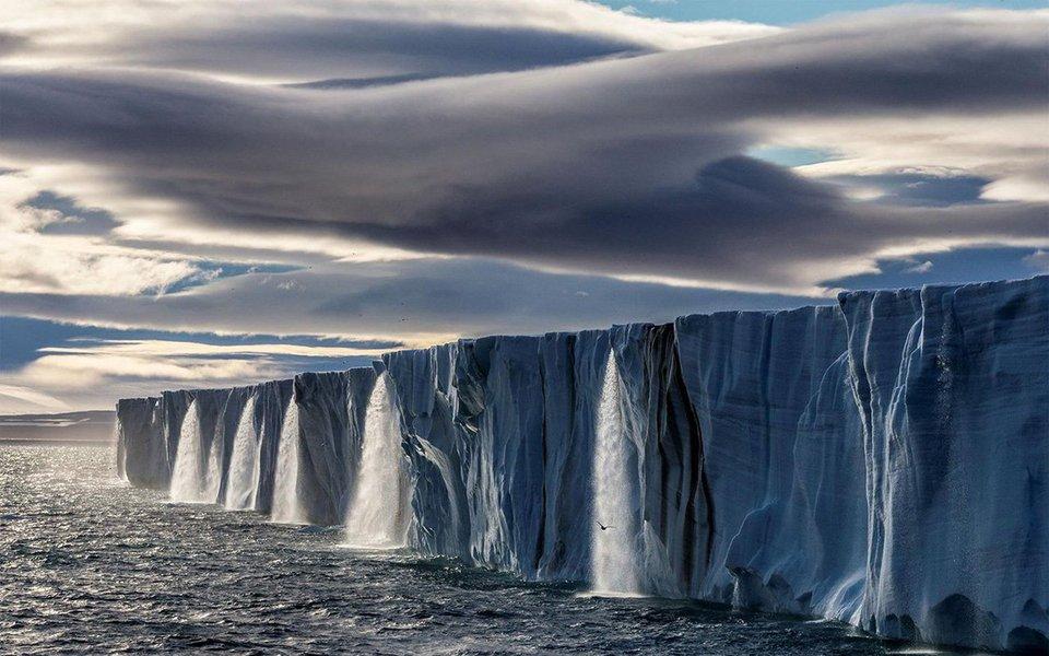 Quase todos os glaciares do mundo superaram o ponto de não retorno. Eles continuarão derretendo até mesmo se deixarmos de produzir anidrido carbônico: é tarde demais para salvar cerca de 40% dos glaciares. No entanto, continuamos a produzir gases de efeito estufa: um quilômetro rodado com um carro custa cerca de 1 quilograma de gelo roubado ao mundo.