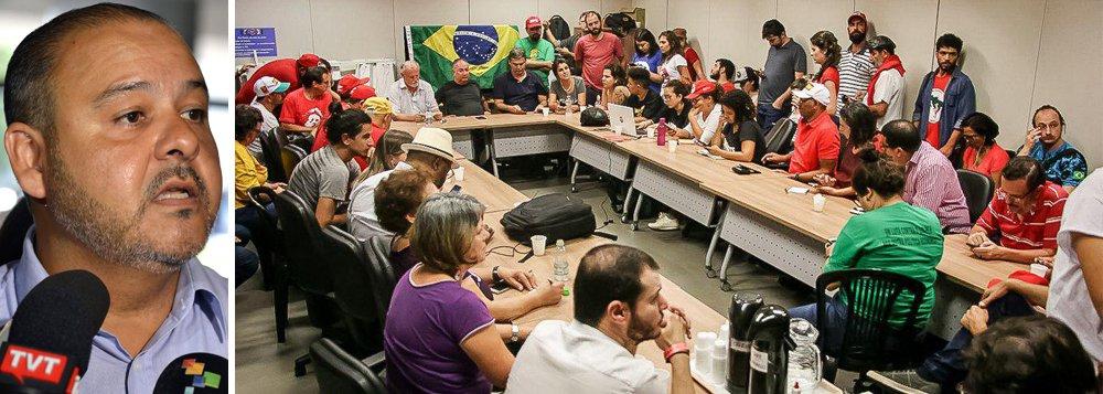 """O presidente da CUT, Vagner Freitas, convocou nesta sexta-feira 6 todos os militantes e trabalhadores que moram em São Paulo ou em cidades vizinhas a irem agora para o Sindicato dos Metalúrgicos do ABC, que fica em São Bernardo do Campo. """"Vamos ficar aqui ao lado de Lula. E ele não vai se entregar"""", afirmou;em reunião, os representantes das frentes decidiram também multiplicar em todo o país os comitês pela liberdade de Lula e que a vigília em São Bernardo não tem data para acabar"""