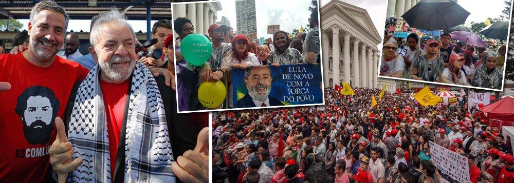 """Uma multidão de brasileiros indignados com o avanço do fascismo se reúne na praça Santos Andrade, em Curitiba, para o ato suprapartidário em defesa do ex-presidente Lula e da democracia, que encerrará a caravana pela região Sul do país; marcam presença no evento lideranças políticas de diversos partidos, entre elas os pré-candidatos Manuela D´Ávila (PCdoB) e Guilherme Boulos (PSOL); presidente legítima Dilma Rousseff disse que é preciso denunciar o fascismo; """"Enquanto eles jogam com mentiras e violência física, nós usamos a verdade e a capacidade de luta"""""""
