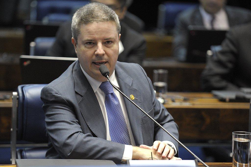 A Controladoria Geral de Minas informou que descobriu a atuação de uma organização criminosa, que desviou estimados R$ 27 milhões dos cofres da Secretaria de Saúde, que seriam utilizados no combate à dengue e à gripe; após a apuração dos indícios do ilícito, a autoridades do Estado solicitaram o apoio da Controladoria Geral da União, para aprofundar a investigação; o esquema de corrupção foi montado durante o Governo de Antonio Anastasia (PSDB) e foi denunciado à PF; a CGU também apontou fraudes em licitação a execução de contrato