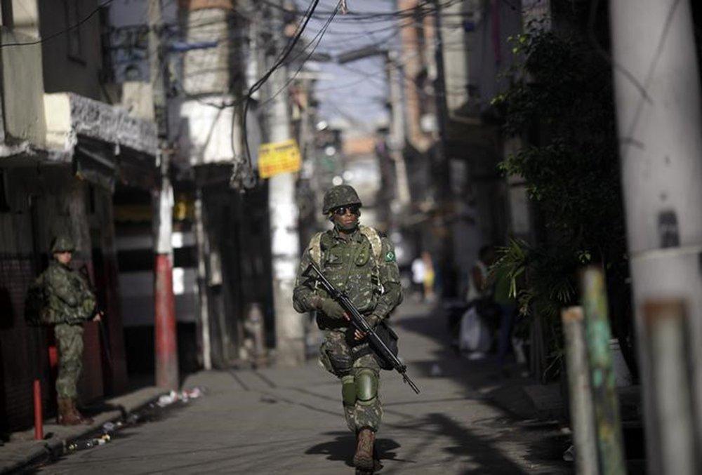 Soldado das Forças Armadas patrulha Complexo da Maré, no Rio de Janeiro 05/04/2014 REUTERS/Ricardo Moraes