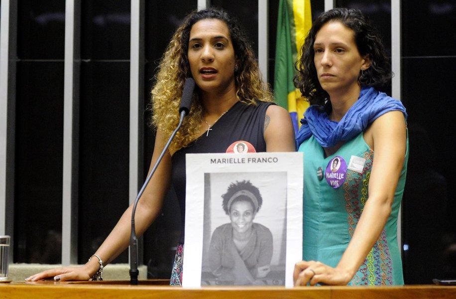 """A vereadora Marielle Franco e seu motorista Anderson Gomes, assassinados no Rio de Janeiro na semana passada, foram homenageados em sessão solene nesta quinta-feira (22) no Plenário da Câmara; """"A Marielle tinha urgência de vida e pulsava luta, e isso está sendo demonstrado no Brasil e no mundo. Isso não pode ser calado com a morte dela"""", disse Monica Benício, companheira de Marielle; já Anielle Silva, irmã da vereadora, afirmou que o assassinato de Marielle era a única forma de calá-la; """"A gente urge por justiça"""", destacou"""
