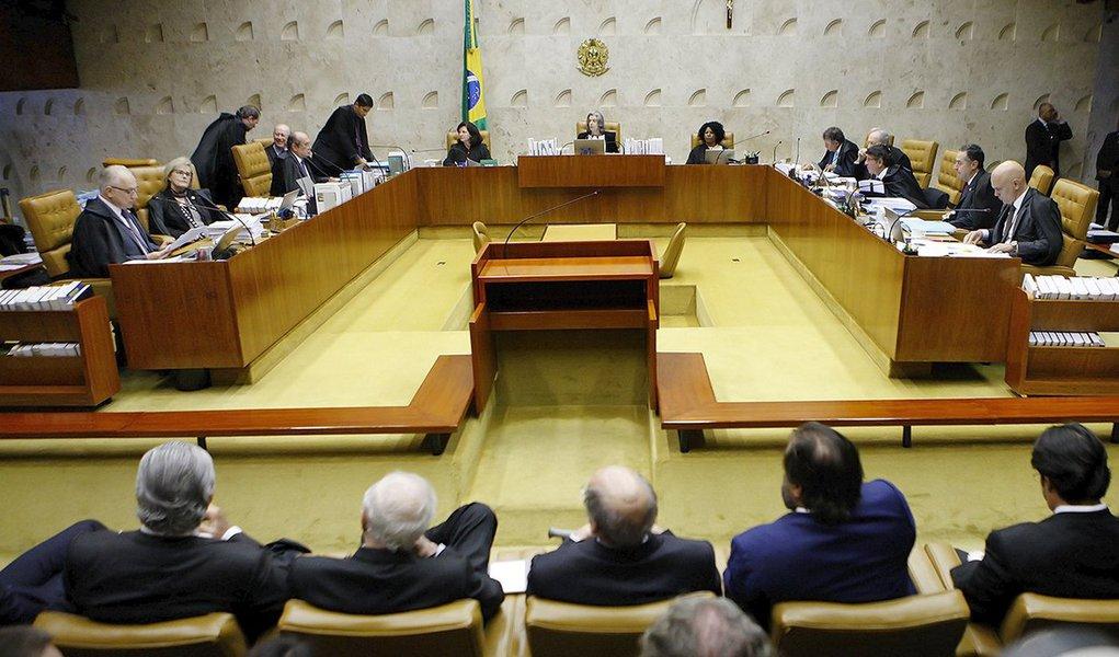 """Frente Brasil Popular (FBP) – articulação de movimentos sociais, partidos políticos e centrais sindicais – divulgou nota na qual considera a decisão do STF, de negar o habeas corpus ao ex-presidente Luiz Inácio Lula da Silva, """"uma afronta à Constituição Federal de 1988""""; segundo o movimento social, o STF """"assumiu descaradamente que sempre fez parte do golpe iniciado com o impeachment da ex-presidente Dilma Rousseff"""""""