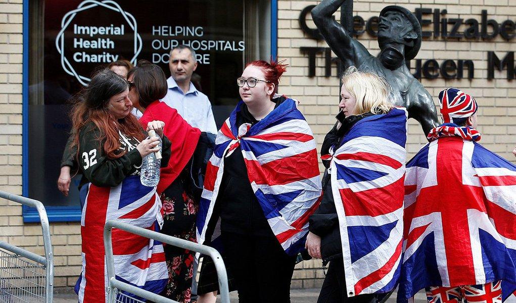Simpatizantes da Família Real britânica aguardam do lado de fora do hospital de St Mary, em Londres 23/04/2018 REUTERS/Henry Nicholls