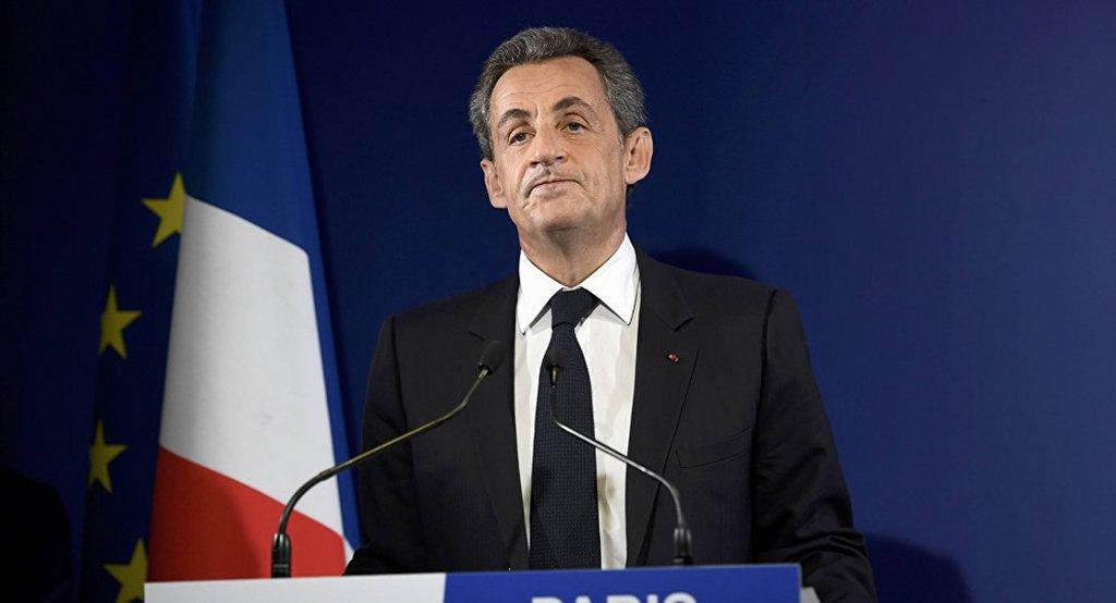 """O ex-presidente francês Nicolas Sarkozy foi acusado por irregularidade no financiamento da campanha presidencial de 2007 e colocado sob supervisão judicial; Sarkozy foi acusado de """"suborno passivo, financiamento ilegal de campanha eleitoral e ocultação de fundos públicos da Líbia"""" no decorrer de uma investigação sobre o financiamento líbio da campanha presidencial de Sarkozy"""