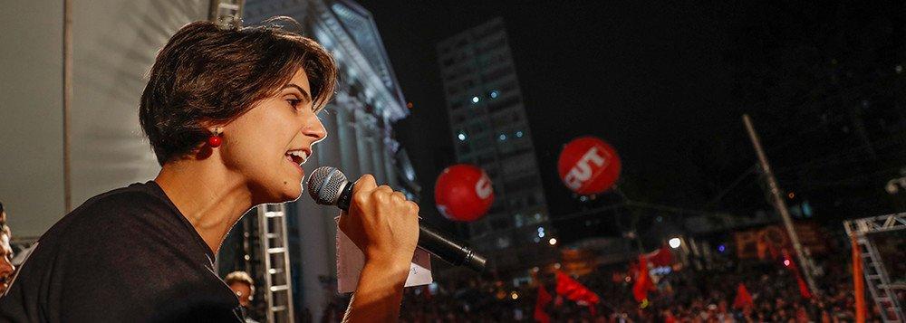 """""""O preço do golpe: para 72% economia piorou depois do golpe no Brasil. Temer está a frente de um governo que é um desastre na economia, uma tragédia para os trabalhadores, um pesadelo para 99% do povo"""", escreveu a presidenciável pelo PCdoB no Twitter"""