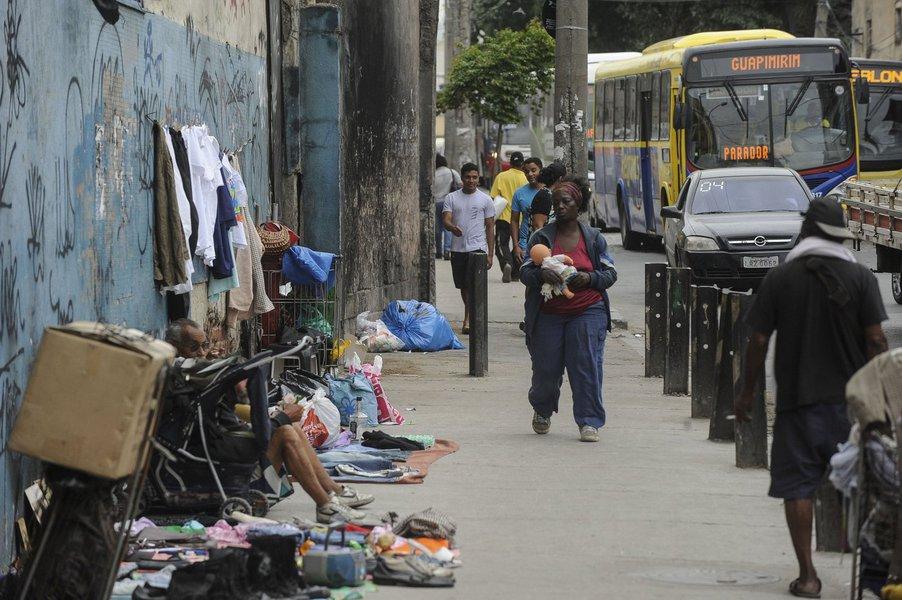 Levantamento do Instituto de Segurança Pública (ISP) mostra que a crise na segurança do Rio levou o estado a atingir, somente em janeiro e fevereiro, o pior índice na história para seis diferentes tipos de crimes; são os casos de roubos de carga, de veículo, a pedestre, em ônibus, de celular e os a caixas eletrônicos; entre os anos de 1991 a 1998, por exemplo, 15.107 pedestres registraram ocorrência de roubo; esse número é pouco menor que os 15.624 casos registrados apenas nos dois primeiros meses deste ano