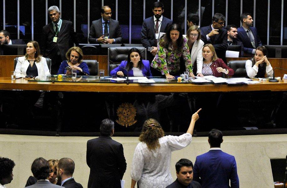 Pesquisa divulgada pelo Movimento Transparência Partidária (MTP) revela que existem apenas dois partidos com maioria de mulheres; mesmo no Partido da Mulher Brasileira (PMB), o percentual de filiadas não passa de 55%, e, no Partido Republicano Brasileiro (PRB), elas participam com 51%; segundo dados da Secretaria de Políticas Para as Mulheres, apenas 9,9% dos deputados federais eleitos em 2014 eram do sexo feminino; Brasil figura como sendo o de pior posição resultado entre os países sul-americanos, e na 152ª posição no ranking mundial no que diz respeito a paticipação feminina na política