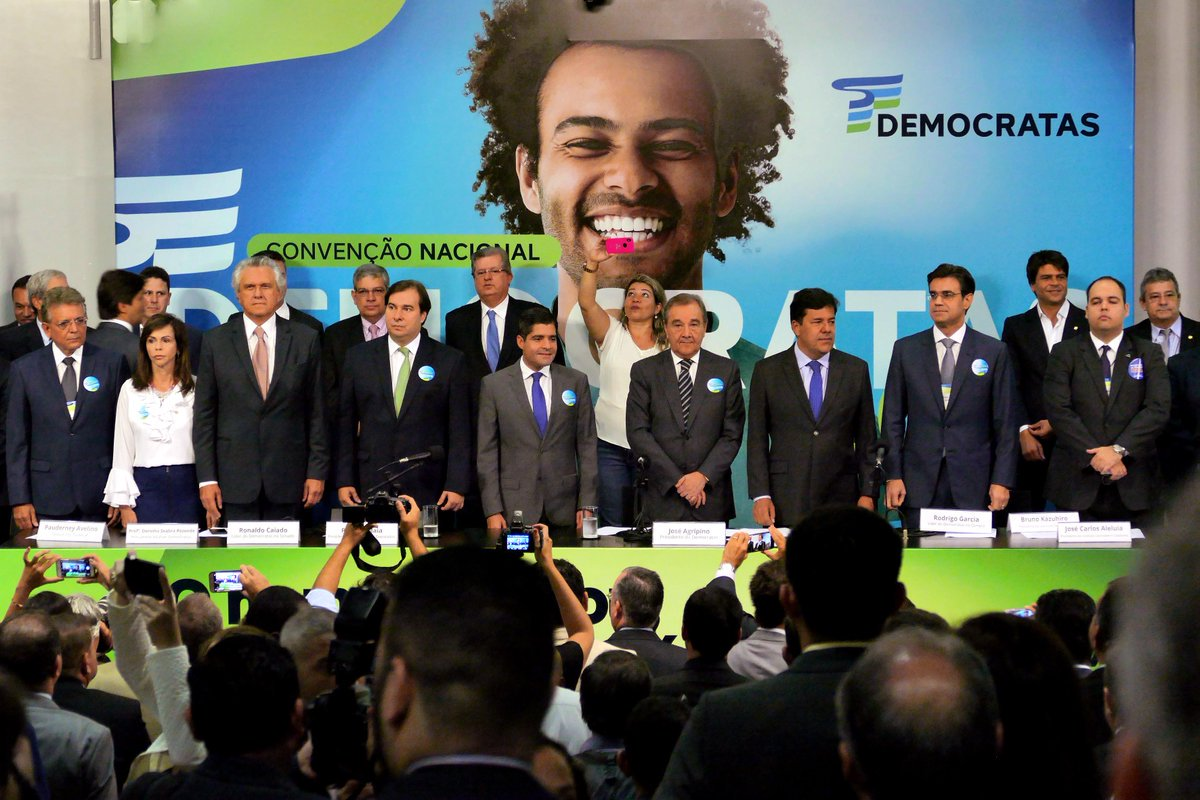 """Ministro da Educação e vice-presidente do DEM, Mendonça Filho, lançou oficialmente o presidente da Câmara dos Deputados, Rodrigo Maia, como candidato do partido para disputar a Presidência da República nas eleições de outubro. """"Essa é a sua missão Rodrigo, apontar o futuro do Brasil, tirar daqueles que se aproveitam com uma ação corporativa e corporativista se apropriando daquilo que é do povo"""", disse Mendonça; """"Esse é o seu desafio, devolver o Estado brasileiro aos brasileiros e principalmente aos mais pobres"""", acrescentou"""